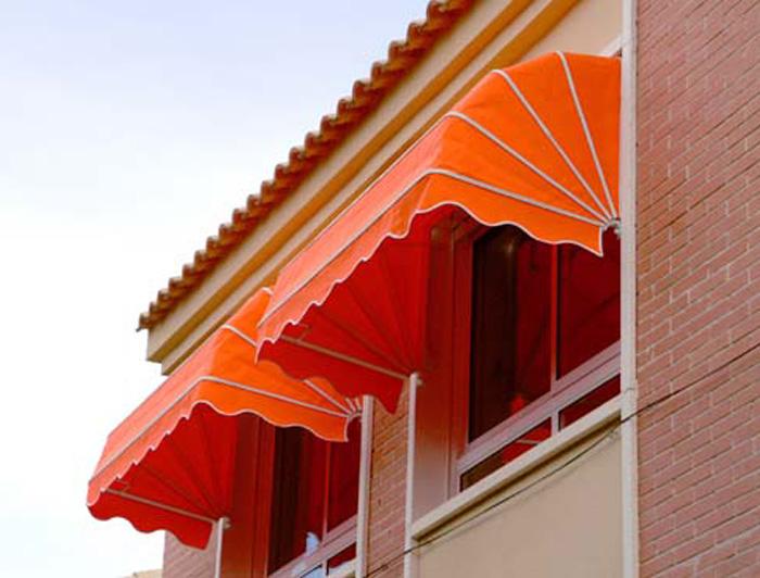 Los cuatro tipos de toldos m s usados en balcones for Como colocar un toldo de brazos invisibles